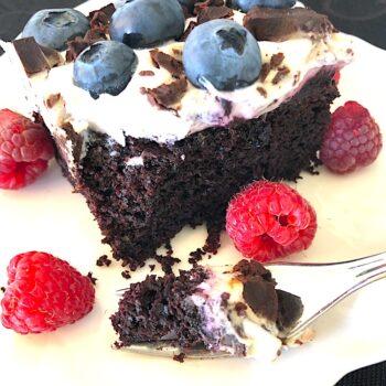 Szybkie wegańskie ciasto czekoladowo-jagodowe